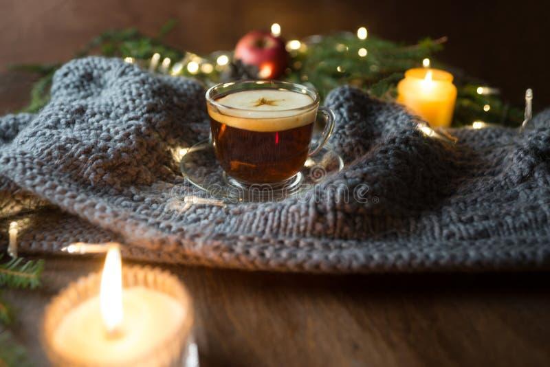 Fond de Noël avec l'arbre de sapin, la tasse de thé et les bougies photographie stock