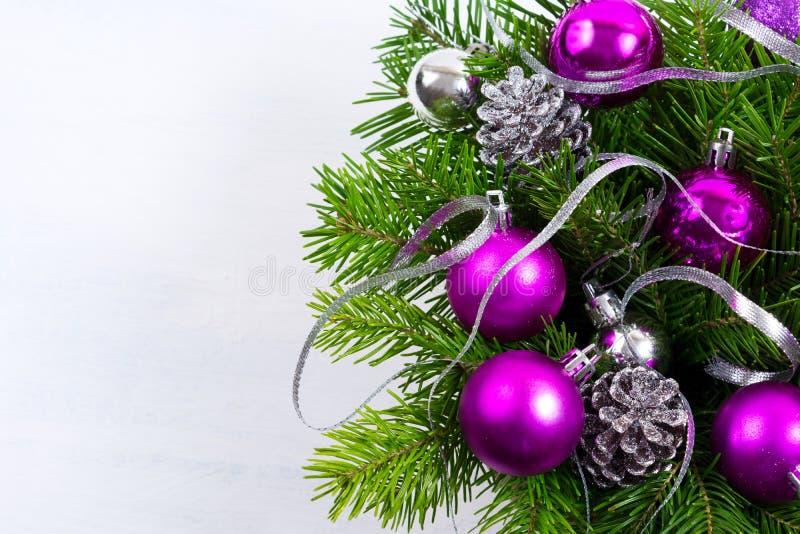 Fond de Noël avec l'ornement pourpre, l'espace de copie photos stock