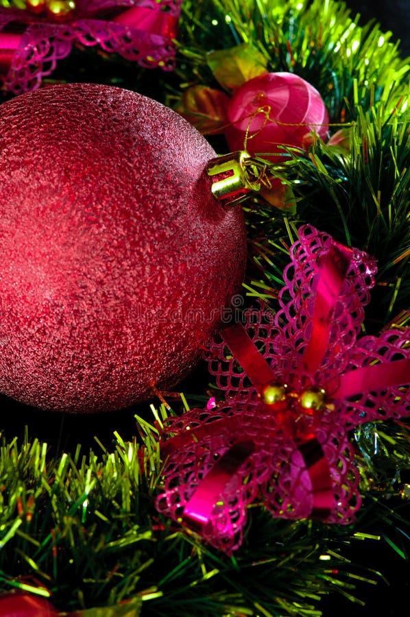 Fond de Noël avec la babiole rouge. photo stock