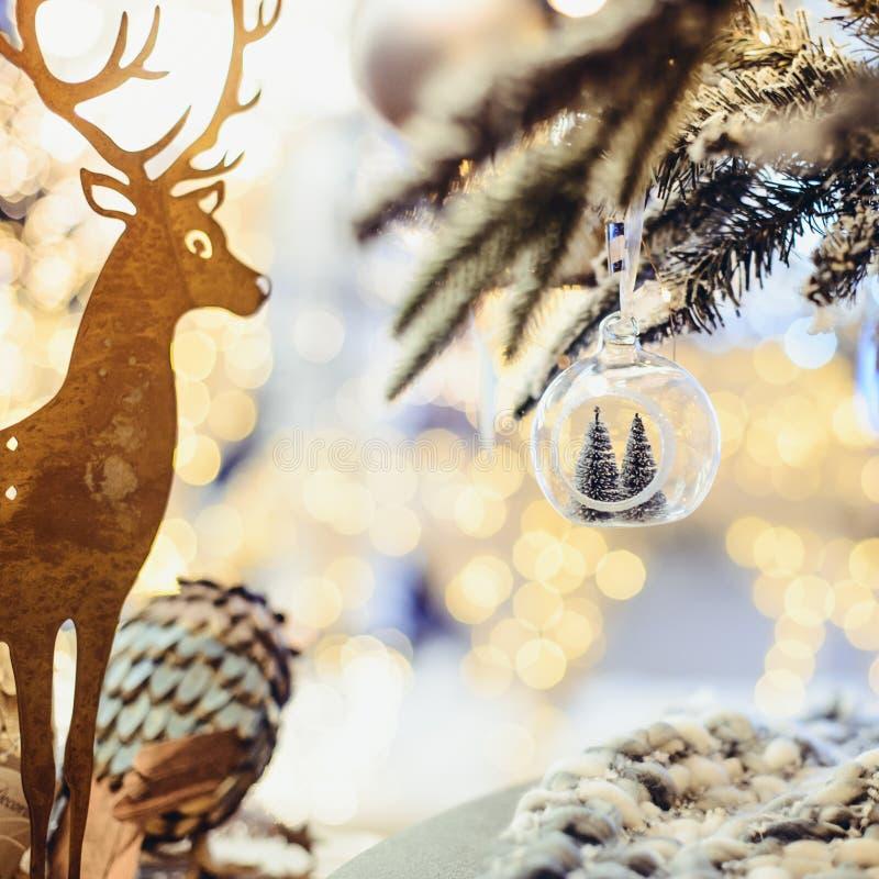 Fond de Noël avec la silhouette d'or de cerfs communs, branches de sapin avec l'ampoule en verre avec des arbres de Noël à l'inté photographie stock
