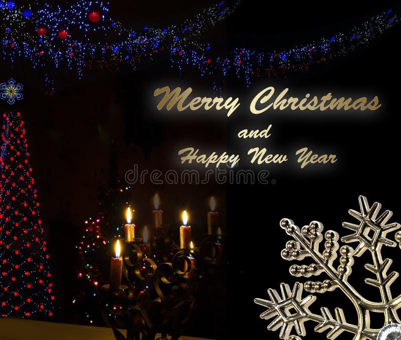 Fond de Noël avec les bougies brûlantes et les guirlandes rougeoyantes sur l'arbre de sapin photo stock