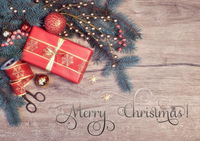 Fond de Noël avec les brindilles de sapin et le boîte-cadeau décorés, texte photos libres de droits