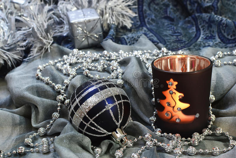 Fond de Noël avec les ornements et la bougie photographie stock libre de droits