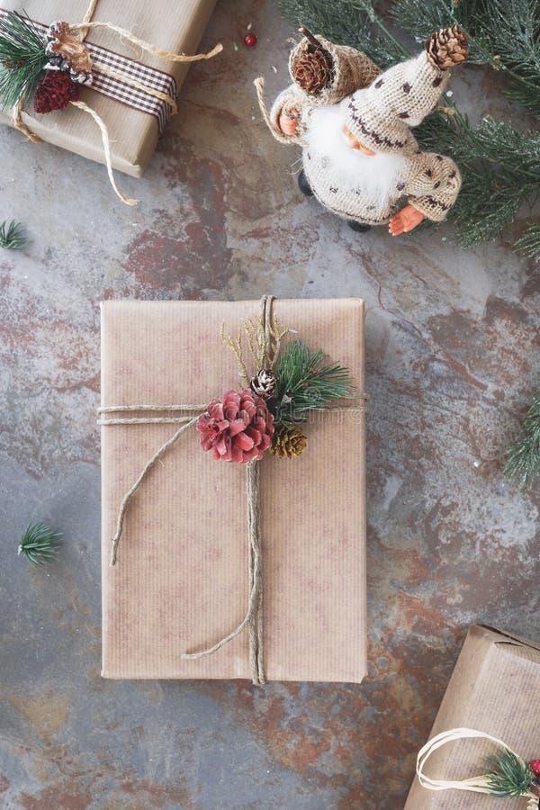 Fond de Noël avec les présents et la Santa Claus photographie stock libre de droits