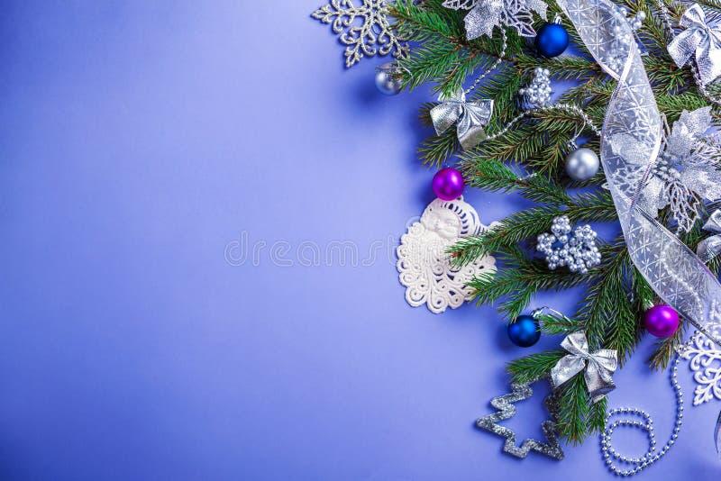 Fond de Noël bleu et de nouvelle année avec l'arbre et les jouets de sapin décorés l'espace image stock