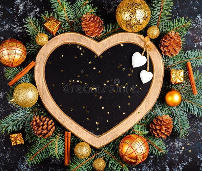 fond de Noël - décorations et branche de sapin sur une table, un cadre sous forme de coeur, vue supérieure, endroit pour le texte photographie stock libre de droits