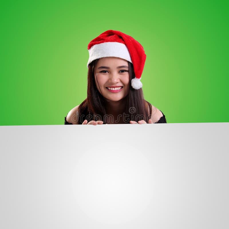 Fond de Noël de fille heureuse au-dessus de l'espace blanc photo libre de droits