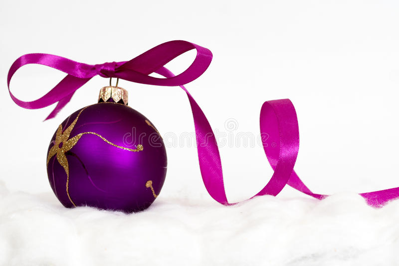 Fond De Noël De Nouvelle Année - Boule Violette Avec Le Ruban Image ...