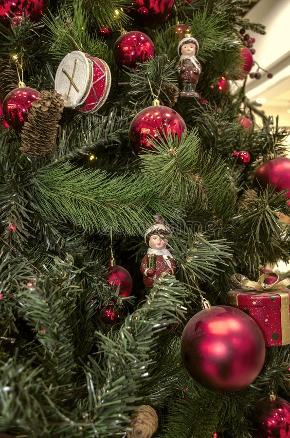 Fond de Noël des branches naturelles et artificielles de pin avec de vieux décorations de Noël, tambours, statuettes, cônes de pi image stock