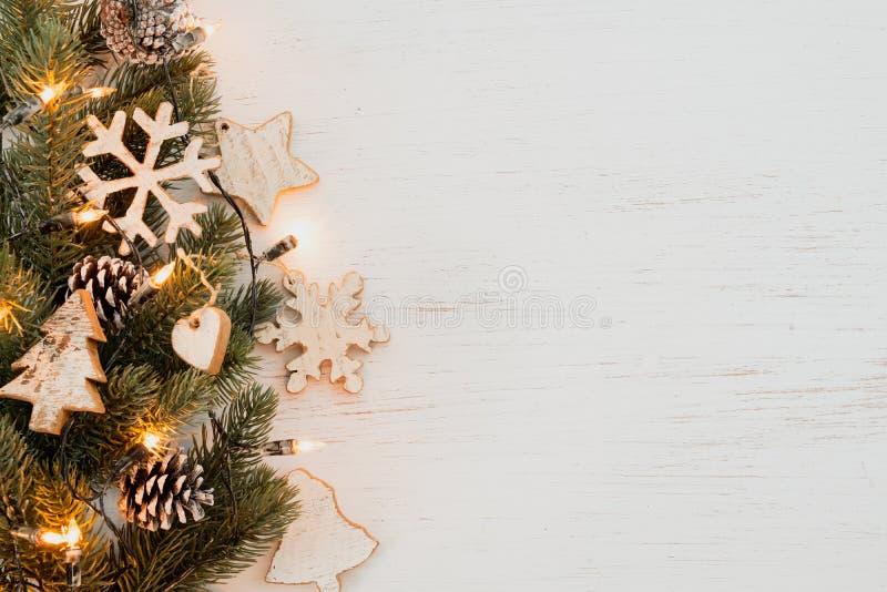 Fond de Noël - feuilles de sapin et éléments rustiques décorant photos stock