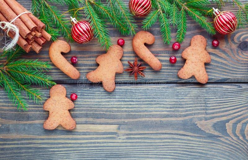 Fond de Noël Le concept de la cuisson de Noël - biscuits de pain d'épice, branches de sapin, boules rouges, anis d'étoile et cann photographie stock libre de droits