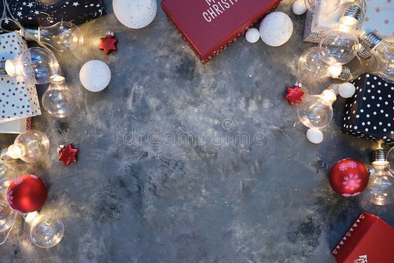 Fond de Noël naturel rustique sur fond gris foncé texturé Espace de copie pour le texte, la disposition plate, la vue supérieure  photos stock