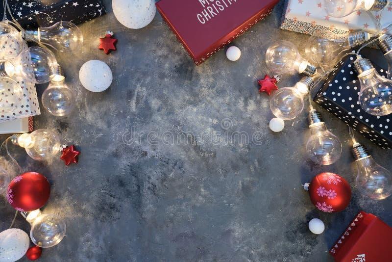 Fond de Noël naturel rustique sur fond gris foncé texturé Espace de copie pour le texte, la disposition plate, la vue supérieure  photographie stock