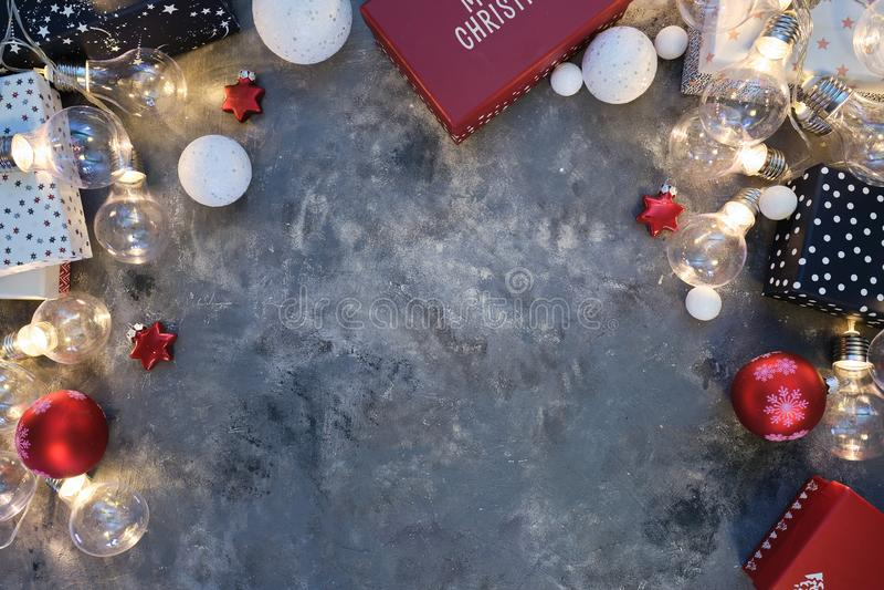 Fond de Noël naturel rustique sur fond gris foncé texturé Espace de copie pour le texte, la disposition plate, la vue supérieure  photographie stock libre de droits