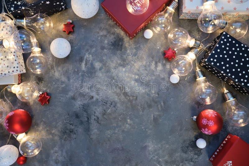 Fond de Noël naturel rustique sur fond gris foncé texturé Espace de copie pour le texte, la disposition plate, la vue supérieure  image libre de droits