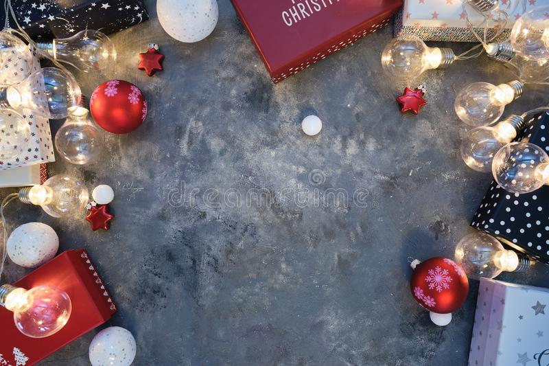 Fond de Noël naturel rustique sur fond gris foncé texturé Espace de copie pour le texte, la disposition plate, la vue supérieure  photo libre de droits
