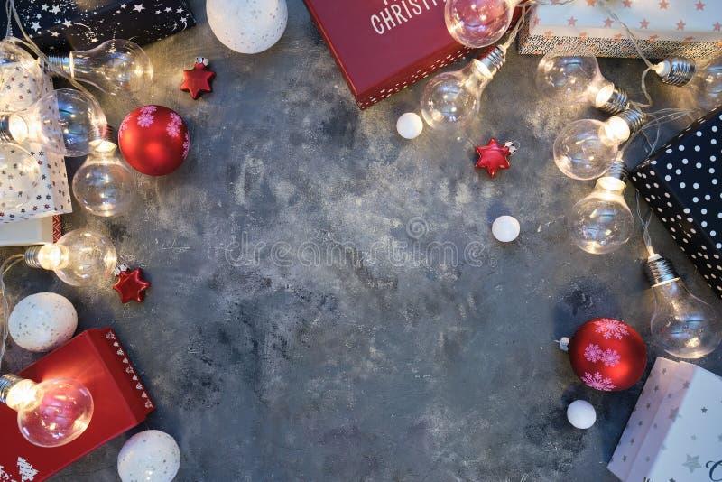 Fond de Noël naturel rustique sur fond gris foncé texturé Espace de copie pour le texte, la disposition plate, la vue supérieure  images libres de droits