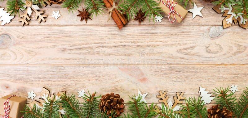Fond de No?l avec l'arbre de sapin et bo?te-cadeau sur la table en bois Bannière de vue supérieure avec l'espace de copie pour vo photo stock
