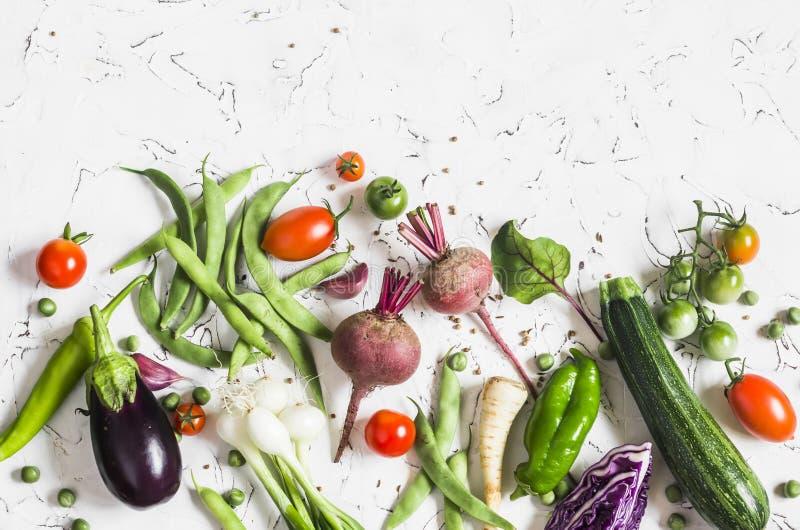 Fond de nourriture Assortiment des légumes frais sur un fond clair - courgette, aubergine, poivrons, betteraves, tomates, haricot images stock