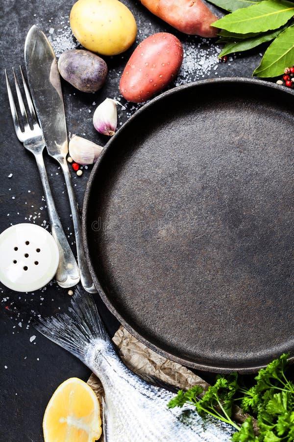Fond de nourriture avec des poissons et des légumes photos libres de droits