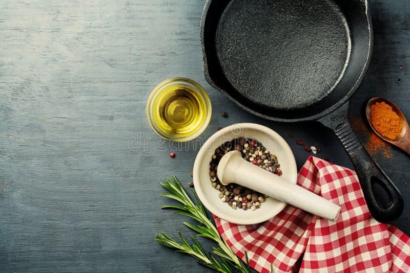 Fond de nourriture avec la poêle de fonte, images libres de droits