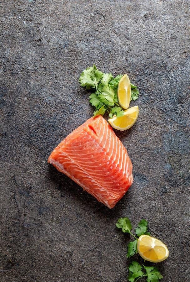 Fond de nourriture avec le filet, le citron et la coriandre saumonés frais image stock