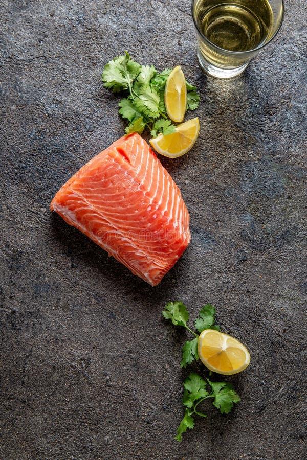 Fond de nourriture avec le filet, le citron et la coriandre saumon?s frais image stock