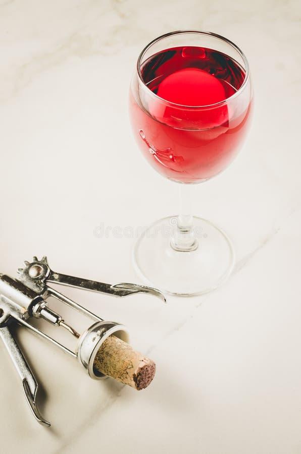 Fond de nourriture avec le verre de vin rouge et vriller/verre et tire-bouchon vin rouge sur un fond de marbre blanc Vue sup?rieu image libre de droits