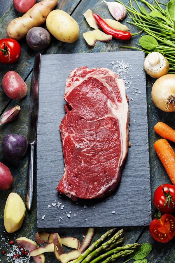 Fond de nourriture avec les légumes frais et le bifteck de boeuf cru photographie stock libre de droits