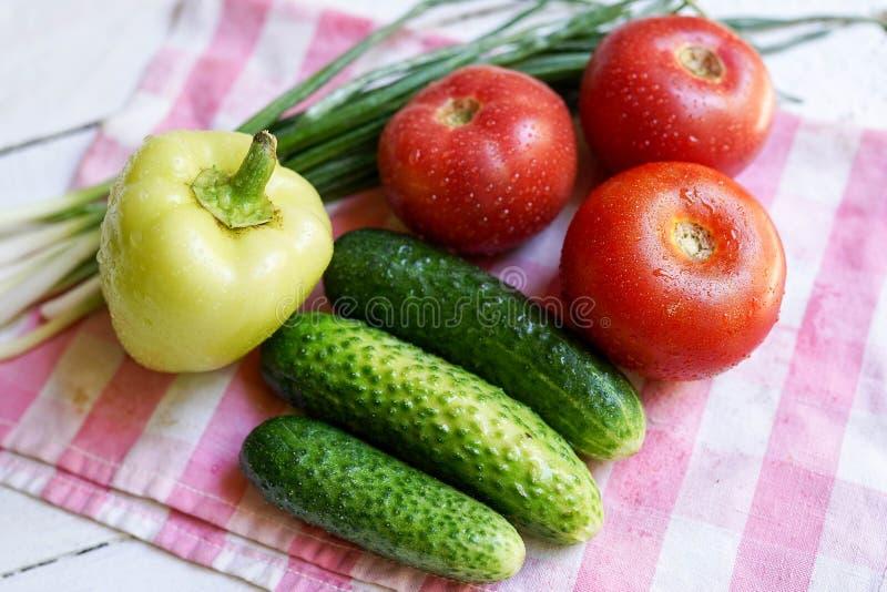 Fond de nourriture avec les l?gumes organiques Nourriture saine ou concept de r?gime image stock