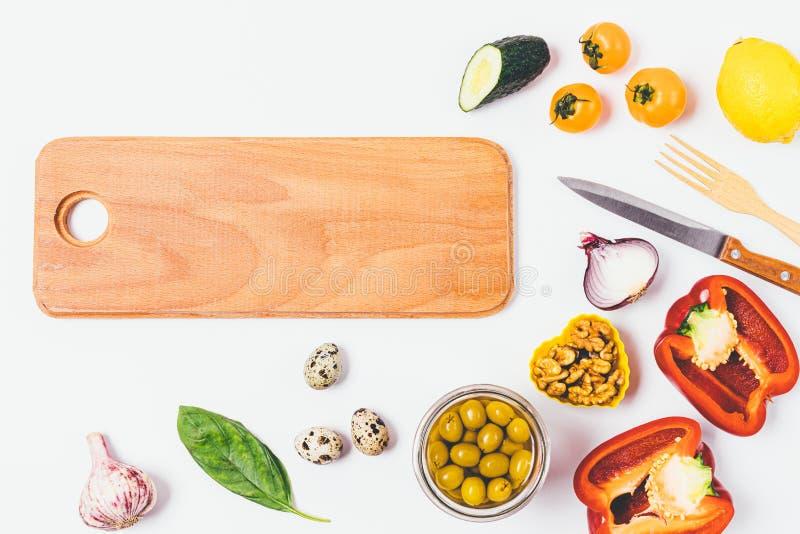 Fond de nourriture de conseil en bois à côté des tomates images libres de droits
