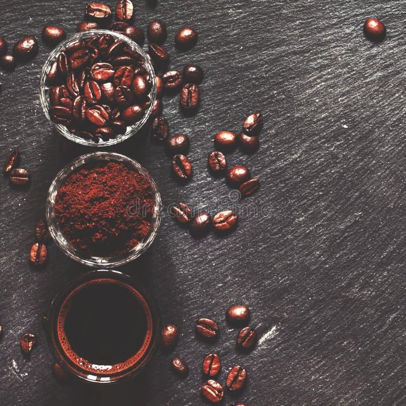 Fond de nourriture : grains de caf?, caf? moulu, expresso frais, fond fonc?, vue sup?rieure images libres de droits