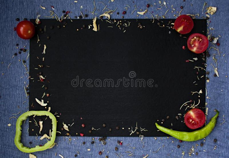 Fond de nourriture L?gumes frais d'agriculteur ? la table fonc?e de beton L'espace pour le texte photographie stock libre de droits