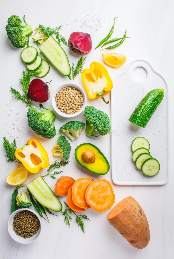 Fond de nourriture de Vegan Ingrédients de nourriture équilibrés sur le fond blanc Légumes, légumineuses pour faire cuire la sala photographie stock