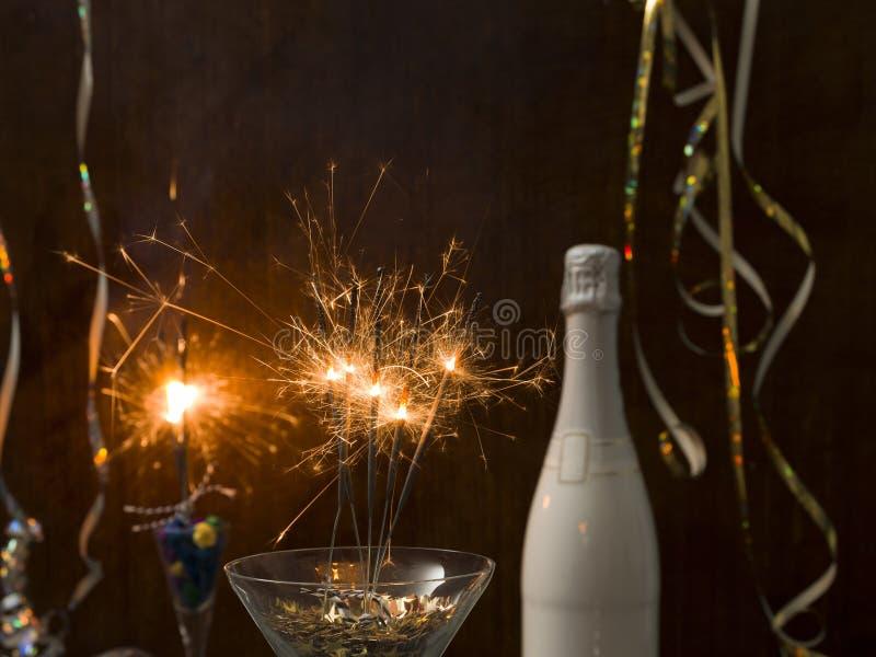 Fond de nouvelle année avec l'éclaboussure d'étoile et le cierge magique et les différents articles de nouvelle année photo libre de droits