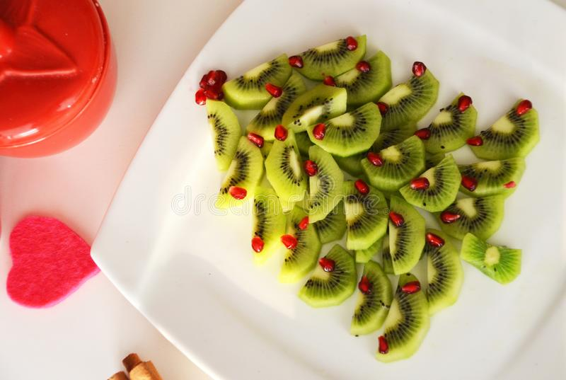 Fond de nouvelle année d'arbre de Noël de kiwi et de grenade Idée saine de dessert pour la partie d'enfants photo stock