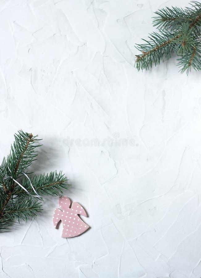 Fond de nouvelle année ou de Noël : branches d'ange et de sapin sur le fond concret blanc Carte postale Vue supérieure, l'espace  photo libre de droits