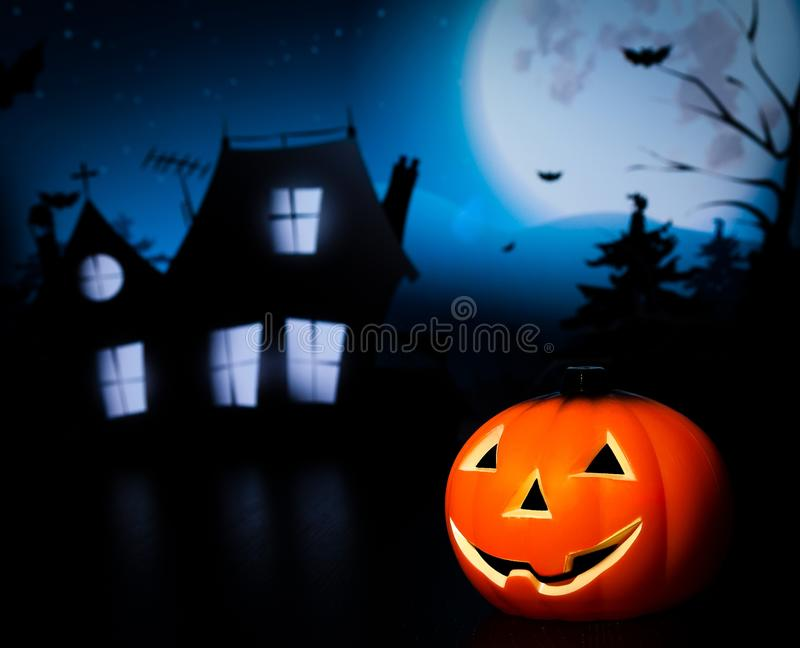 Fond de nuit de Halloween avec la maison et la batte et le potiron effrayants images libres de droits