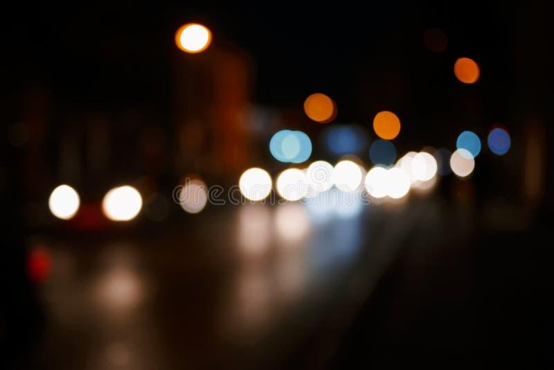 Fond de nuit de ville Lumières Defocused de voiture dans une scène trouble de voyage de route d'abrégé sur rue beaucoup d'endroit image stock