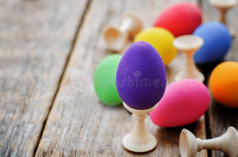 Fond de Pâques avec les oeufs colorés avec des supports photos libres de droits