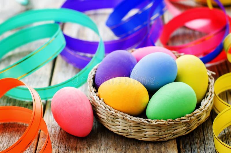 Fond de Pâques avec les oeufs et les rubans colorés image stock