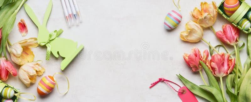 Fond de Pâques avec les tulipes, les oeufs de décor et le lapin frais, étiquette, vue supérieure, endroit pour le texte images libres de droits