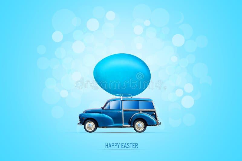 Fond de Pâques avec une voiture bleue avec un oeuf multicolore de Pâques sur le tronc Fond pour une carte d'invitation ou une f?l illustration de vecteur