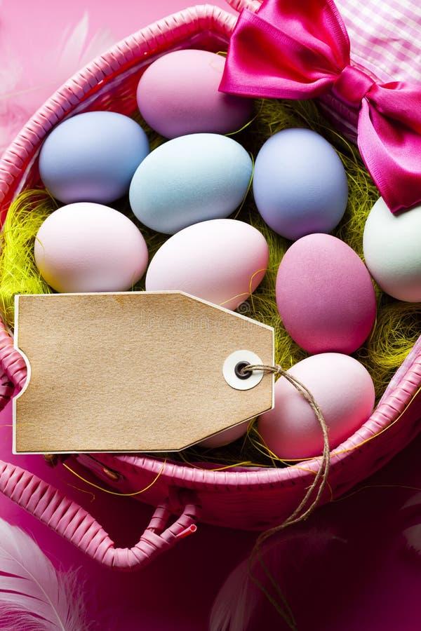 Fond de Pâques - feuille de papier faite main de blanc et oeufs colorés photographie stock libre de droits