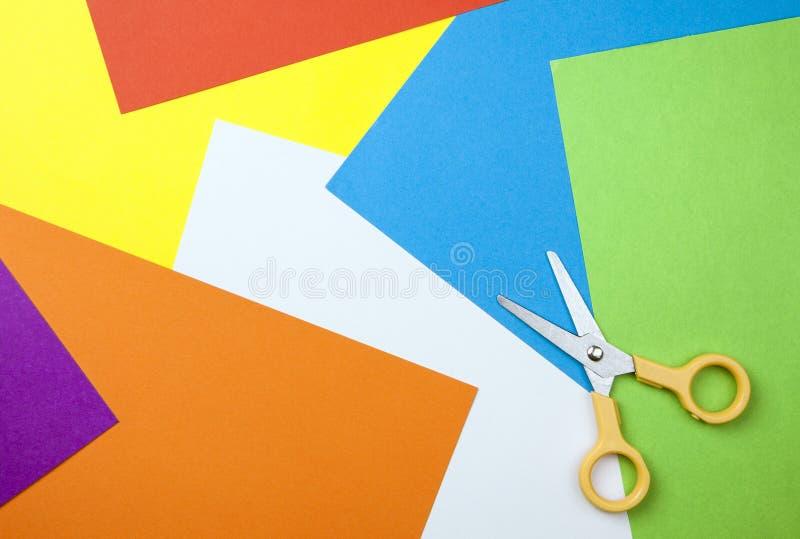 Fond de papier avec des ciseaux photographie stock libre de droits