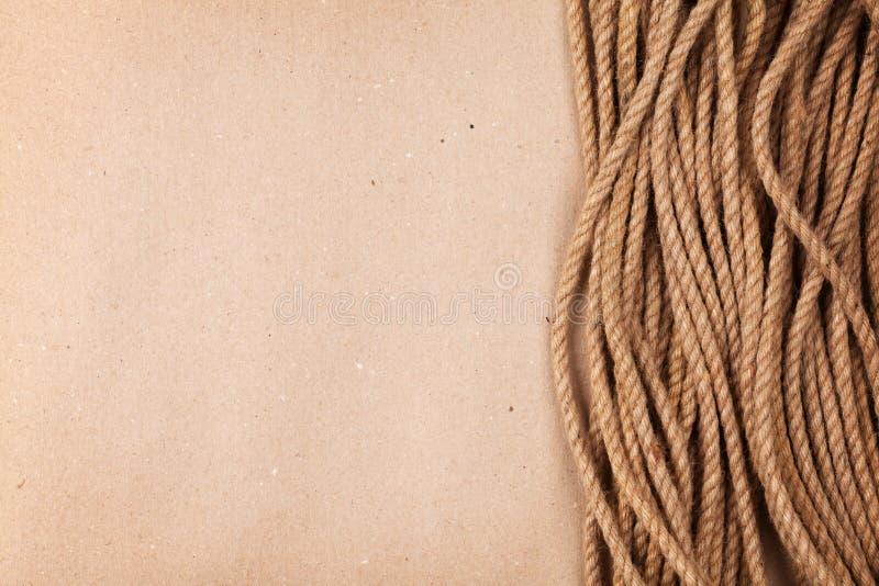 Fond de papier de carton de Brown avec la corde marine photo libre de droits