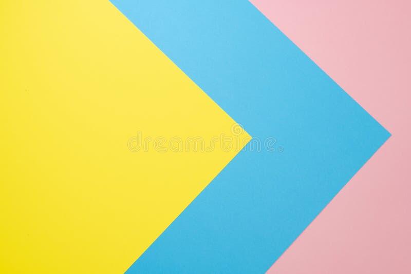 Fond de papier g?om?trique abstrait Bleu, rose et couleurs jaunes de tendance Configuration plate Vue sup?rieure photographie stock