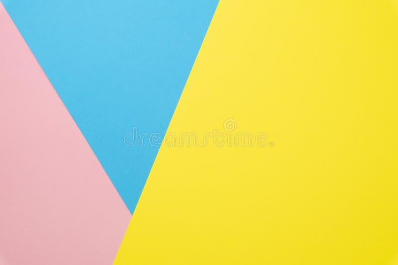 Fond de papier g?om?trique abstrait Configuration d'appartement sur la texture bleue, rose et jaune en pastel de couleurs de tend photo libre de droits