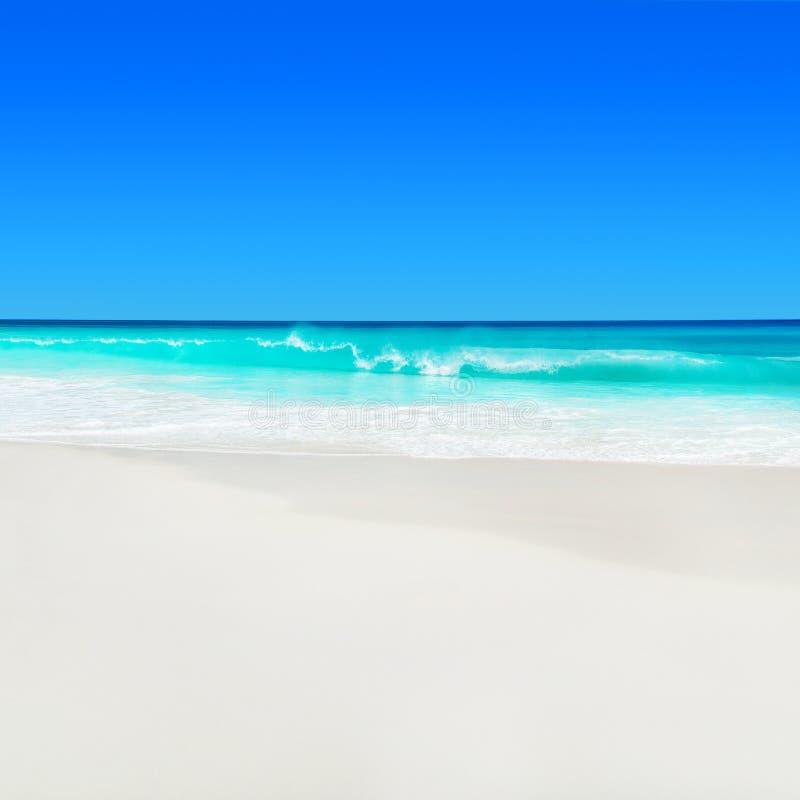 Fond de paysage marin d'île des Seychelles, du Praslin, de plage tropicale Anse Georgette avec le sable blanc et d'eau de l'Océan images libres de droits