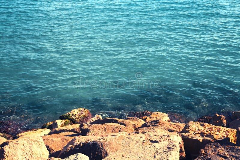 Fond de paysage de mer, eau et roche, l'espace vide de copie photos libres de droits
